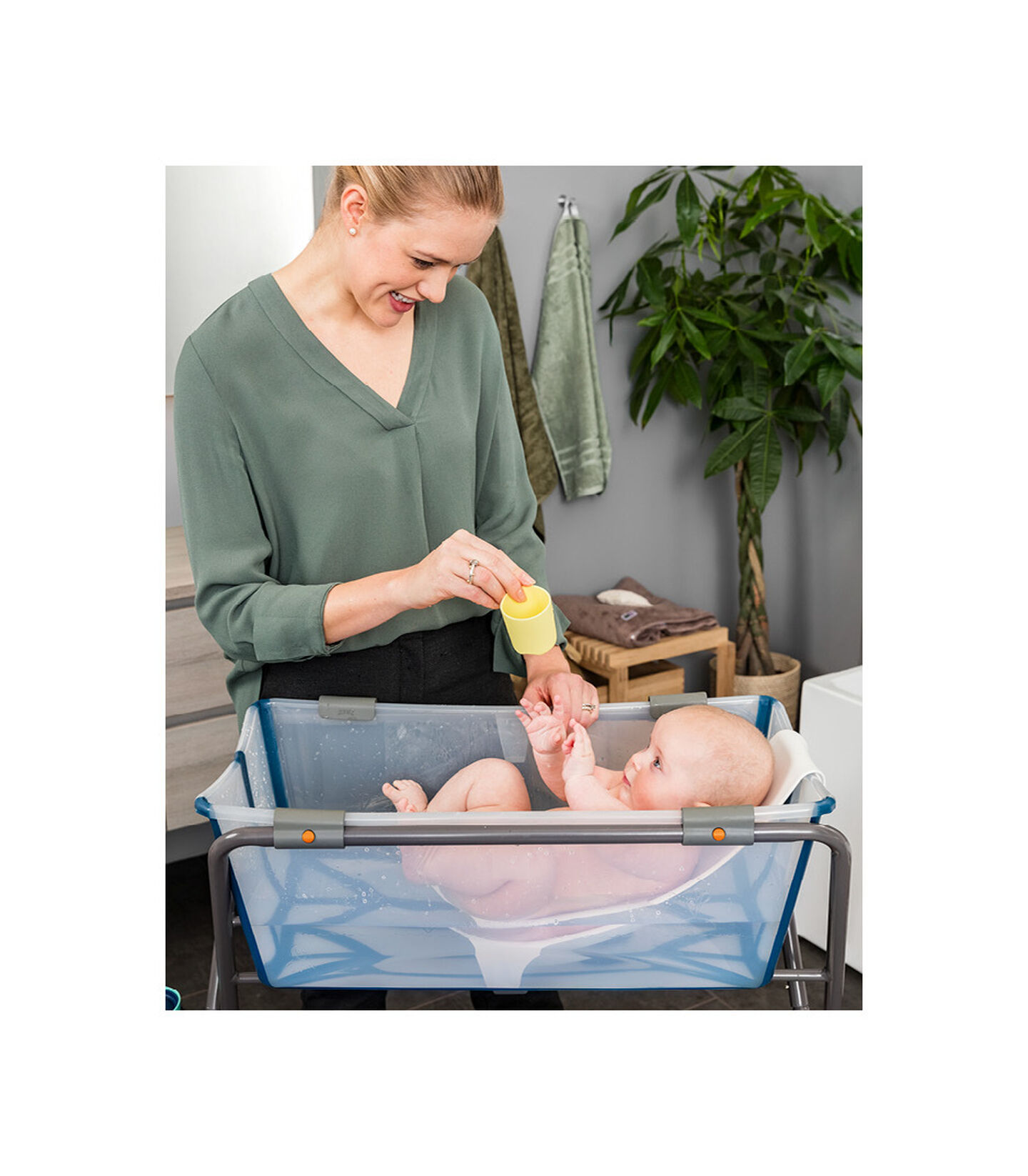 Stokke® Flexi Bath®. Transparent Blue. Newborn Support.