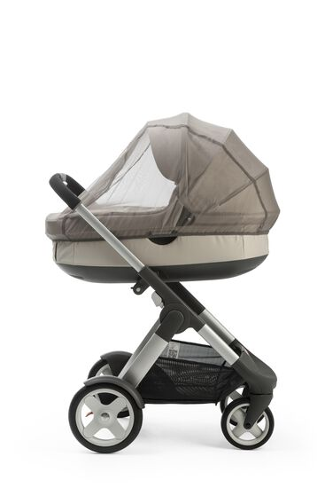 Stokke® Crusi™ with Stokke® Stroller Carry Cot Beige Melange. Mosquito Net.