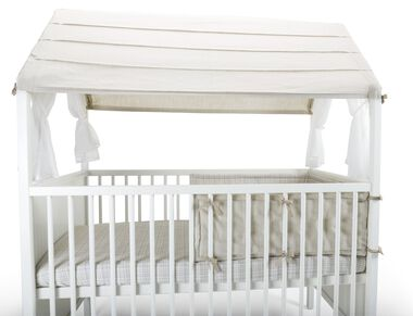 Stokke® Home™ Bed, White. Stokke® Half Bumper Natural and Stokke® Home™ Roof, Natural. Detail.