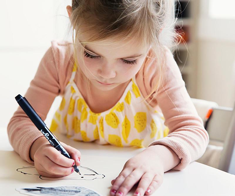 Bambina che fa un disegno