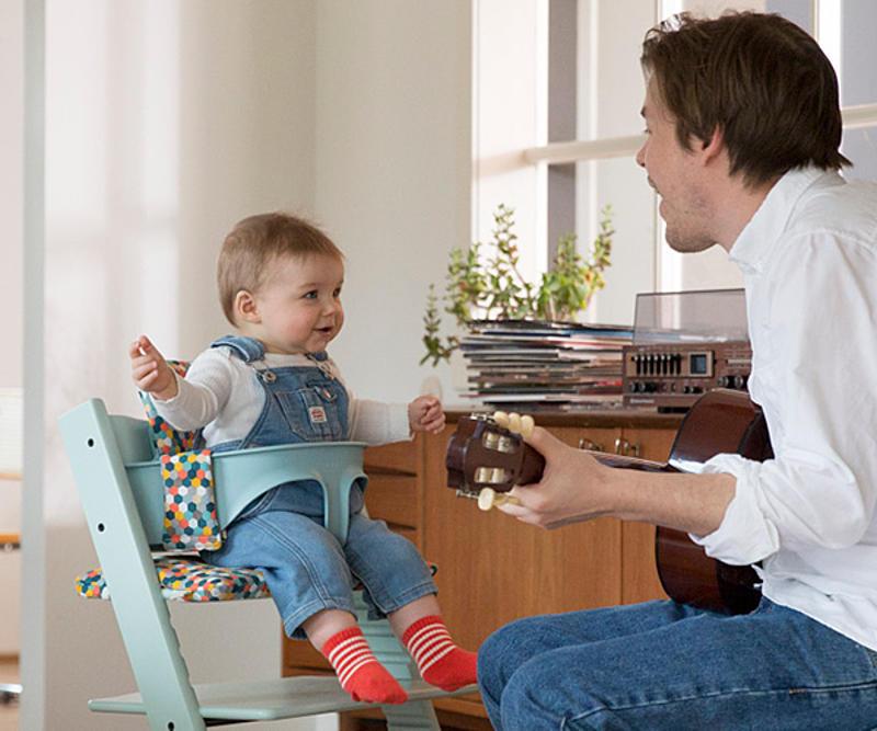 Uomo che canta per il bambino