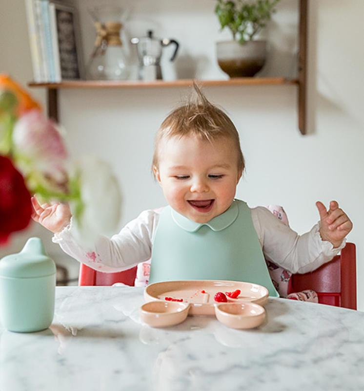 Bambino che si diverte a pranzo