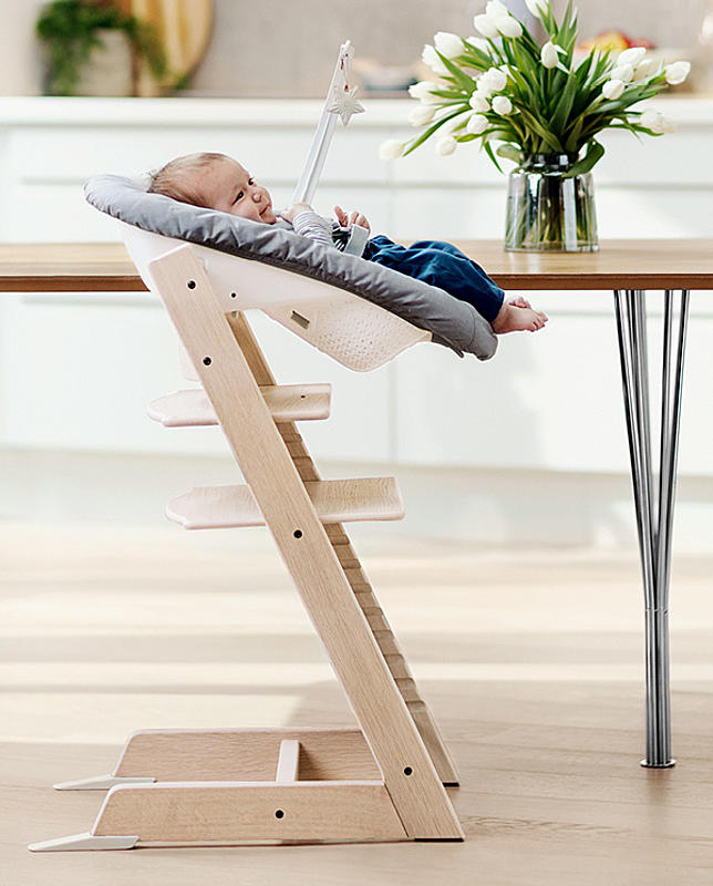 Un bébé allongé dans une chaise Tripp Trapp®
