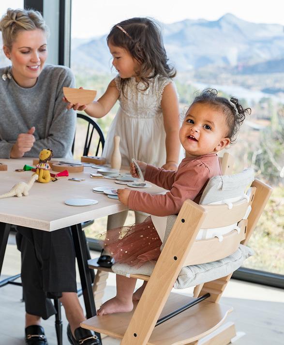 子どもと一緒にテーブルを囲む