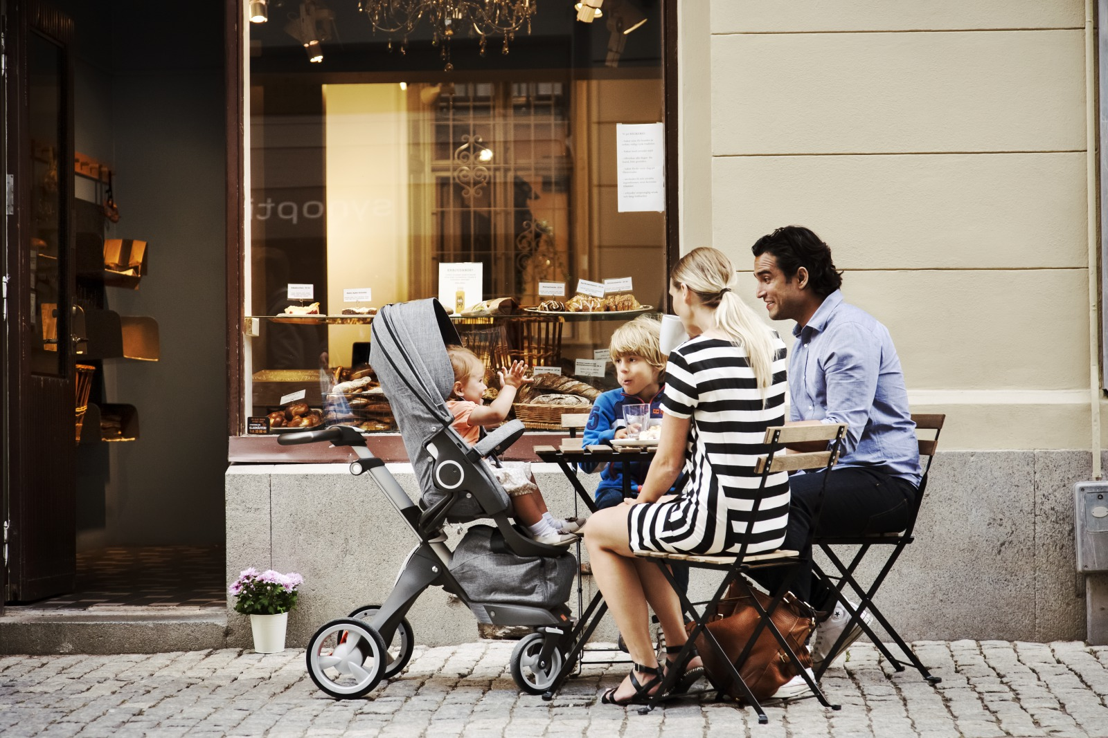 Family at the Café with Black Melange Stokke® Xplory®