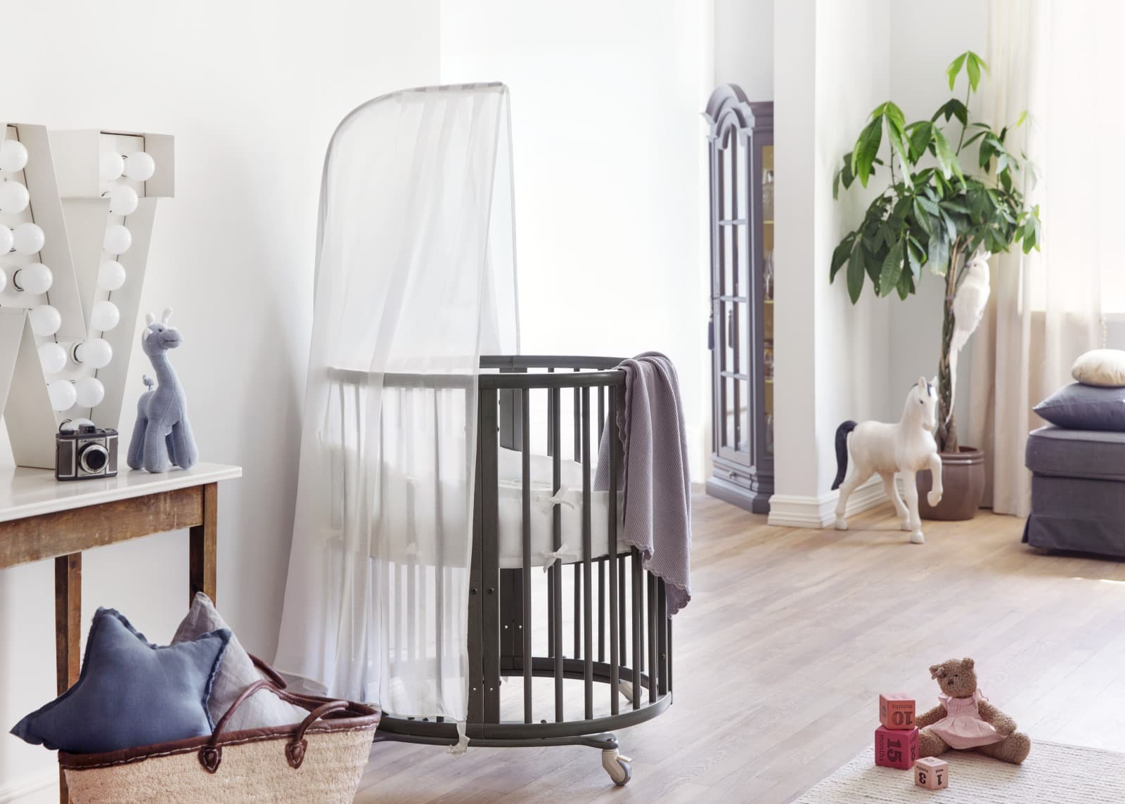 Stokke® Sleepi™ Mini, Hazy Grey. Mini Bumper and Canopy.