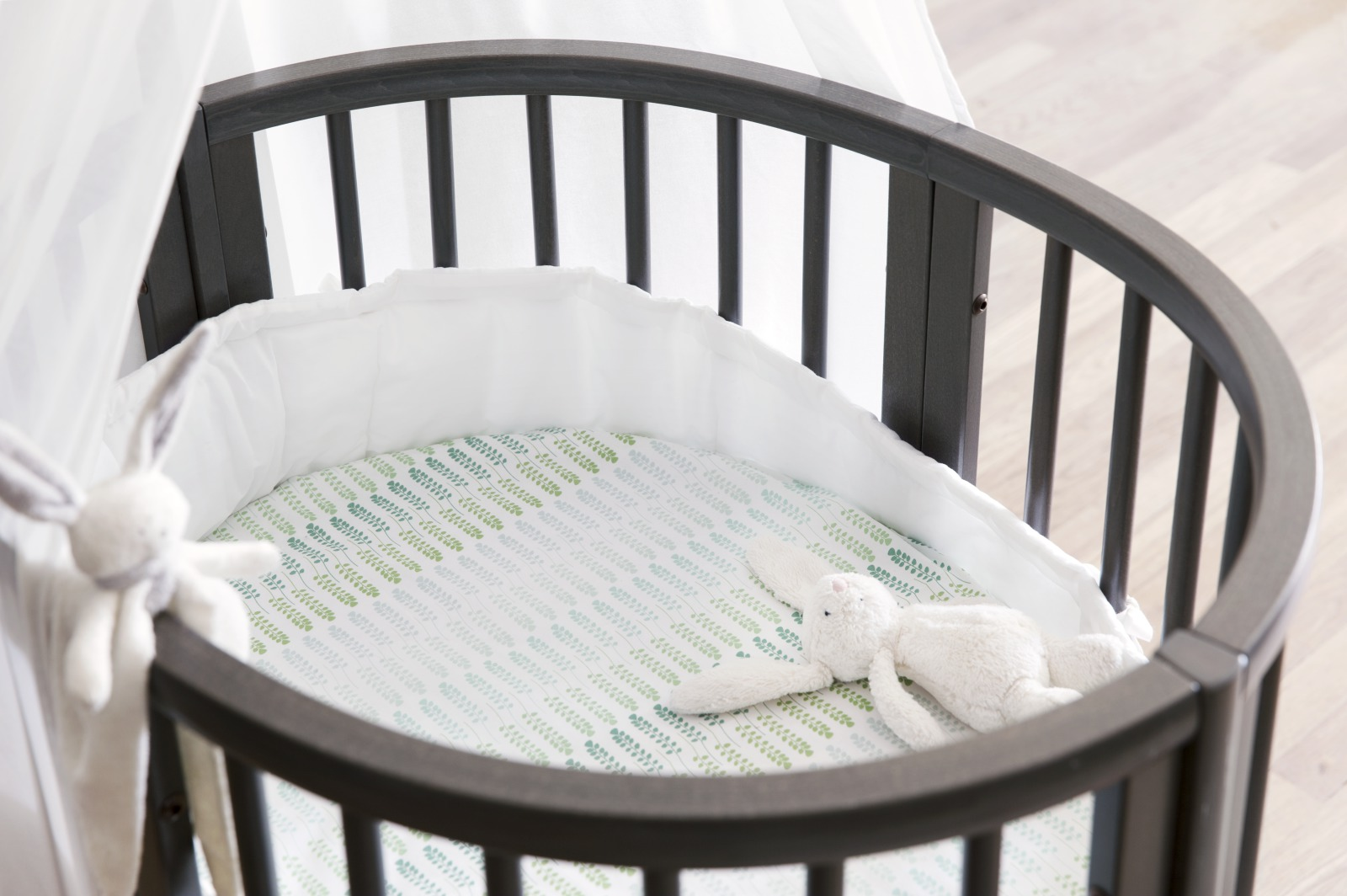 Stokke® Sleepi™ Mini, Hazy Grey. Fitted Sheet Aqua Straw.