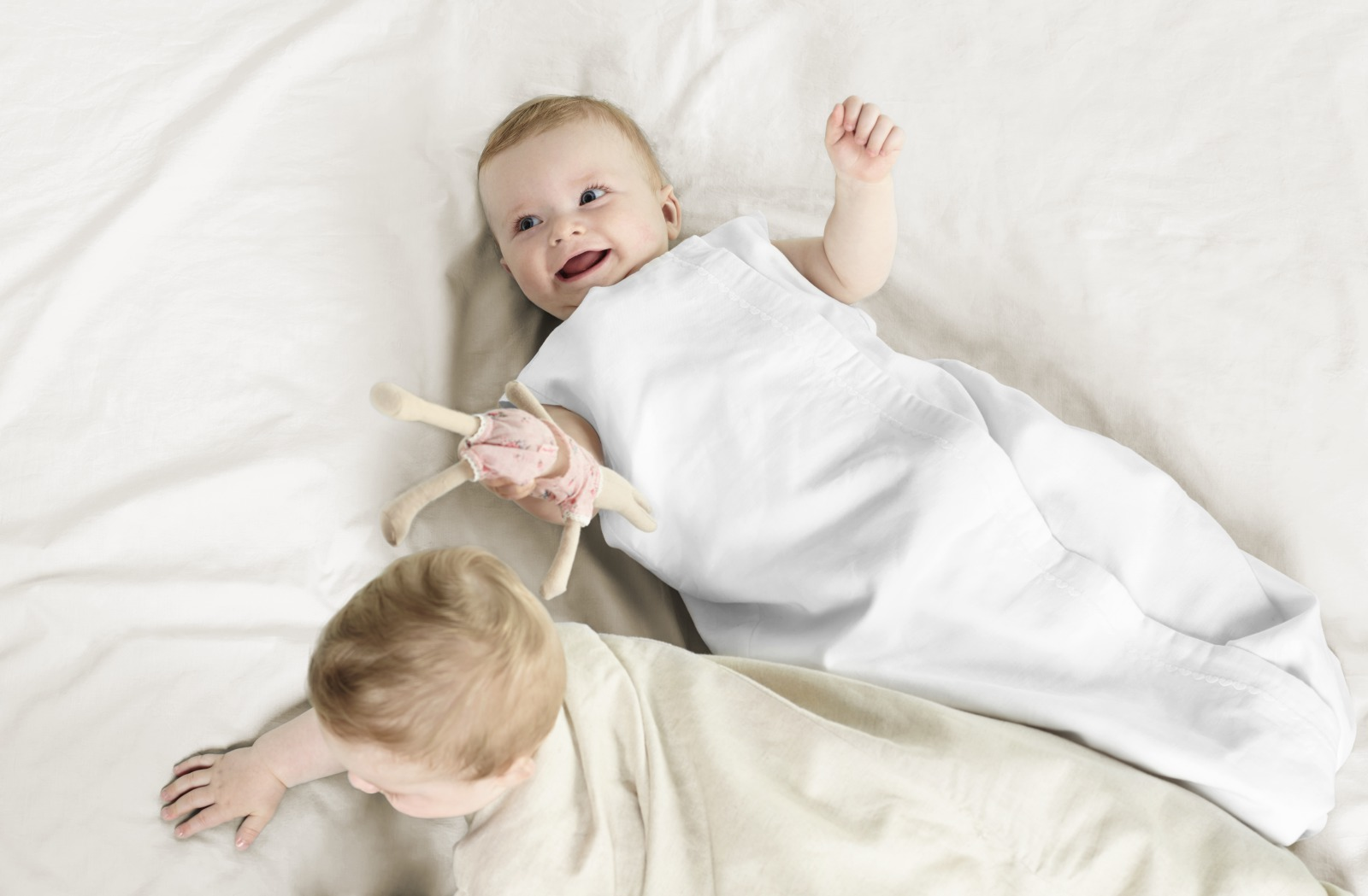 Stokke® Sleepingbag Light. White and Natural.